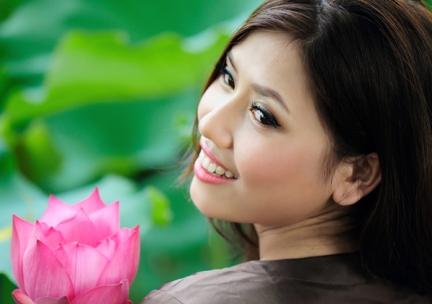 """""""Nhớ Hà Thành tôi nhớ tới em Thanh cao… như trời thu Hà Nội.../ Remembering Hanoi I think of you Lofty soul like Hanoi autumn sky..."""""""